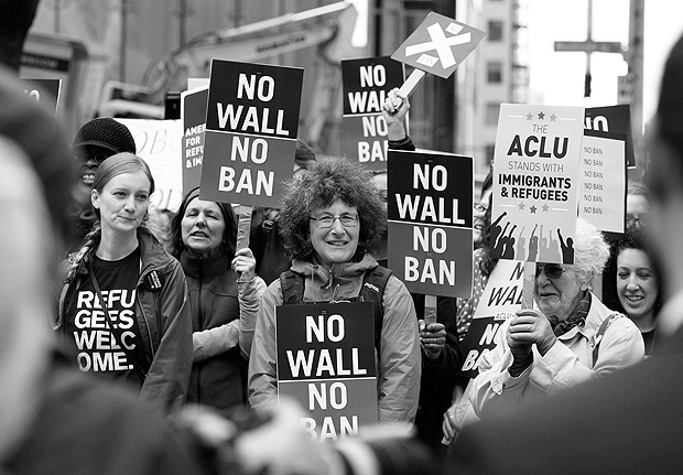 FILE PHOTO: People protest U.S. President Donald Trump's travel ban outside of the U.S. Court of Appeals in Seattle, Washington, U.S. on May 15, 2017. REUTERS/David Ryder/File Photo ORG XMIT: TOR335