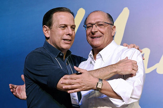 Sao Paulo's Governor Geraldo Alckmin (R) and Sao Paulo City's Mayor Joao Doria greet each other during national convention of the Brazilian Social Democratic Party (PSDB), in Brasilia, on December 9, 2017.The PSDB convention overwhelmingly elected Alckmin as its leader -- voting 470 to three -- effectively launching him as the party's candidate for the October 2018 polls. / AFP PHOTO / EVARISTO SA ORG XMIT: ESA1080