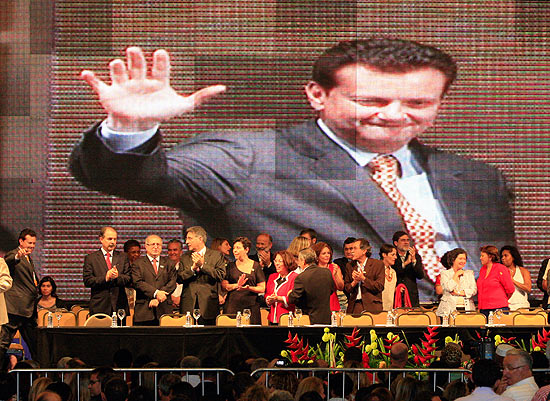 Dirigentes do PT recebem Kassab no palco do evento do partido
