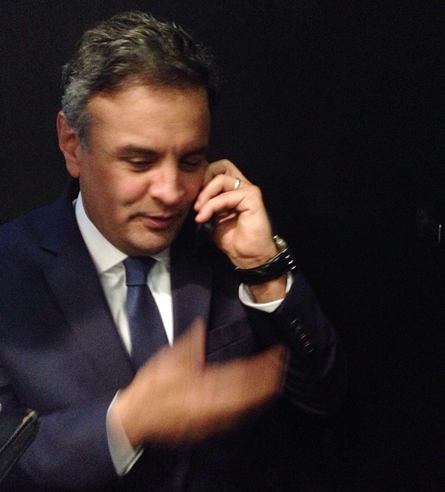 Aécio fala com Marina ao celular ao final do debate no SBT