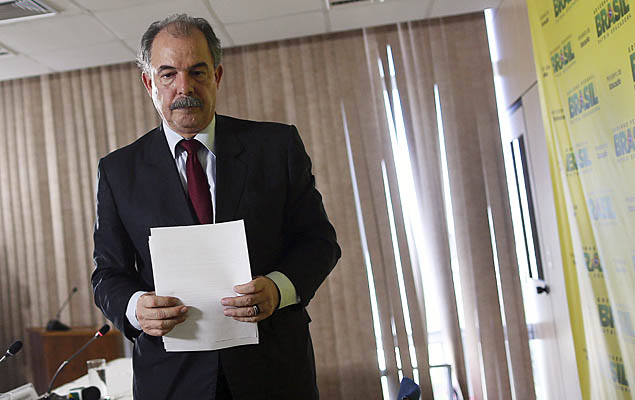 Brazilian Education Minister Aloizio Mercadante leaves a news conference in Brasilia, Brazil, March 15, 2016. Mercadante on Tuesday denied he offered to pay for the silence of a former ruling party senator to prevent him from implicating the government in a sweeping investigation at state-run oil company Petrobras. REUTERS/Adriano Machado ORG XMIT: BSB101