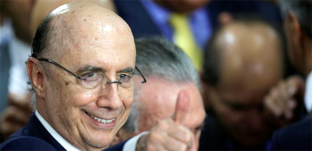 Newly sworn-in Finance Minister Henrique Meirelles gestures next to Brazil's interim President Michel Temer (partially obscured) during a ceremony, after the Brazilian Senate voted to impeach President Dilma Rousseff, at the Planalto Palace in Brasilia, Brazil, May 12, 2016. REUTERS/Ueslei Marcelino ORG XMIT: CDG49