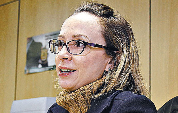 "Federal Police Chief Erika Mialik Marena speaks during an interview with Reuters in Curitiba, Brazil, June 24, 2015. Brazilian federal police are investigating foreign companies that may have paid bribes to obtain contracts with state-run oil firm Petrobras but were not part of a suspected cartel of local engineering firms, an agent said on Wednesday. Federal agent Erika Marena told Reuters there is ""clear indication"" that in order to win contracts foreign firms ""directed bribes to Petrobras or Petrobras executives."" REUTERS/Rodolfo Buhrer - RTR4YTOK ORG XMIT: BRA104 ***DIREITOS RESERVADOS. NÃO PUBLICAR SEM AUTORIZAÇÃO DO DETENTOR DOS DIREITOS AUTORAIS E DE IMAGEM***"