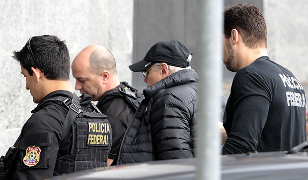 Former Brazilian Economy Minister Guido Mantega (2-R) is escorted by Federal Police agents, after being arrested in Sao Paulo, Brazil on September 22, 2016. Brazilian police Thursday arrested Guido Mantega, a former finance minister under presidents Lula da Silva and Dilma Rousseff, as part of the investigation into the vast Petrobras corruption scheme, media reported. Mantega, who was an important figure in the leftist Workers' Party, was arrested at a Sao Paulo hospital where his wife had undergone surgery. / AFP PHOTO / Miguel Schincariol