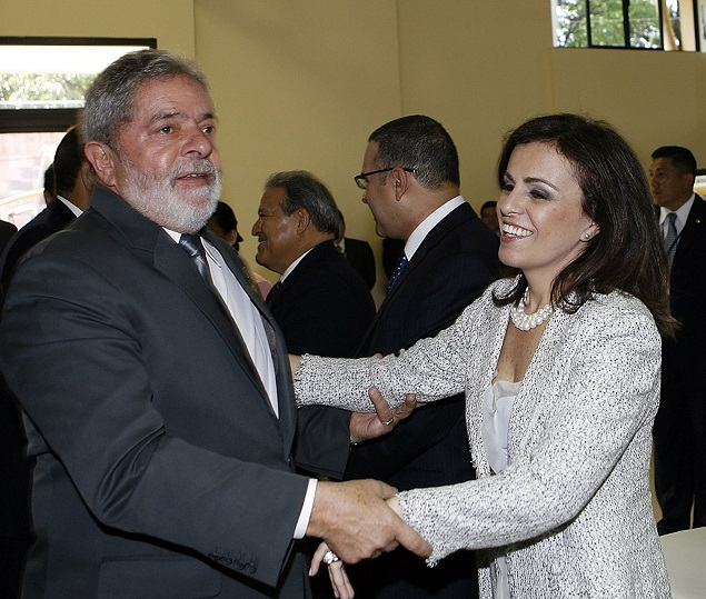 ORG XMIT: 233201_1.tif Brazil's President Luiz Inacio Lula da Silva chats with El Salvador's first lady Brazilian Vanda Pignato after the inauguration ceremony of El Salvador's President Mauricio Funes in San Salvador on June 1, 2009. Funes, the first leftist president elected in the country in 20 years, has said he wants to establish full diplomatic relations with Cuba, ending El Salvador's status as the last Latin American holdout to normalization with Havana. AFP PHOTO/PRESIDENCIA