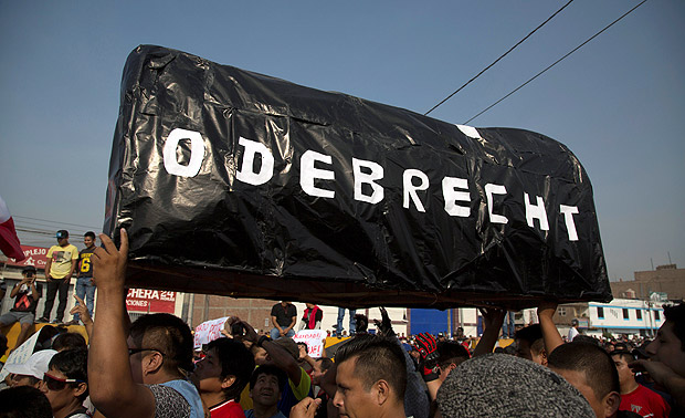 Protesters carry a mock coffin reads: 'Odebrecht' during a march against new road fees imposed for a highway built by Odebrecht-founded road consortium Rutas de Lima, in Lima, Peru, January 12, 2017. REUTERS/Sebastian Castaneda FOR EDITORIAL USE ONLY. NO ARCHIVES. NO RESALES ORG XMIT: LIM23