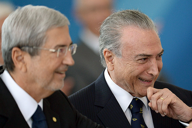 Brazilian President Michel Temer (R) and Chief of Staff Antonio Imbassahy smile during the inauguration ceremony of the ministers of Justice and Public Security, Alexandre de Moraes, of Human Rights, Luislinda Valois and the presidency's Secretary General Wellington Moreira Franco at Planalto Palace in Bras�lia, on February 3, 2017. / AFP PHOTO / ANDRESSA ANHOLETE