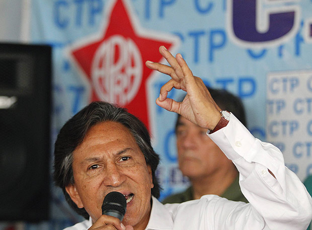 ORG XMIT: LIM109 Peru's presidential candidate and former President Alejandro Toledo speaks during a meeting with a workers' union linked to the political party APRA in Lima April 7, 2011. Peru will hold a presidential election on April 10, with a run-off being likely on June 5 since no candidate is expected to win 50 percent of the votes. REUTERS/Enrique Castro-Mendivil (PERU - Tags: POLITICS ELECTIONS EMPLOYMENT BUSINESS)