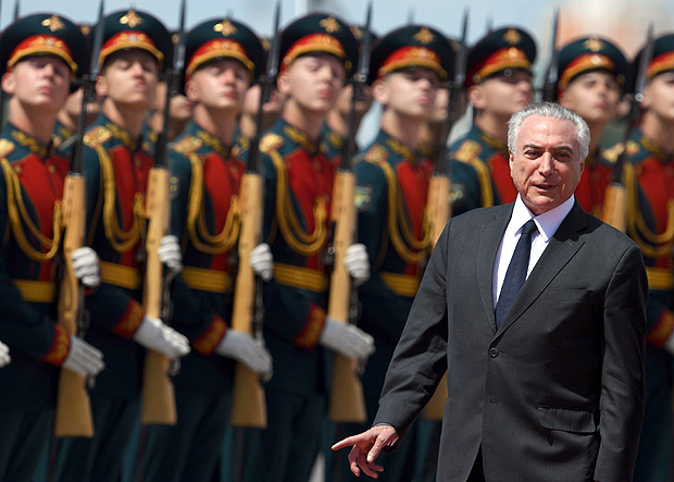 Brazilian President Michel Temer reviews an honour guard upon his arrival at Moscow's Vnukovo Airport on June 20, 2017. / AFP PHOTO / Kirill KUDRYAVTSEV