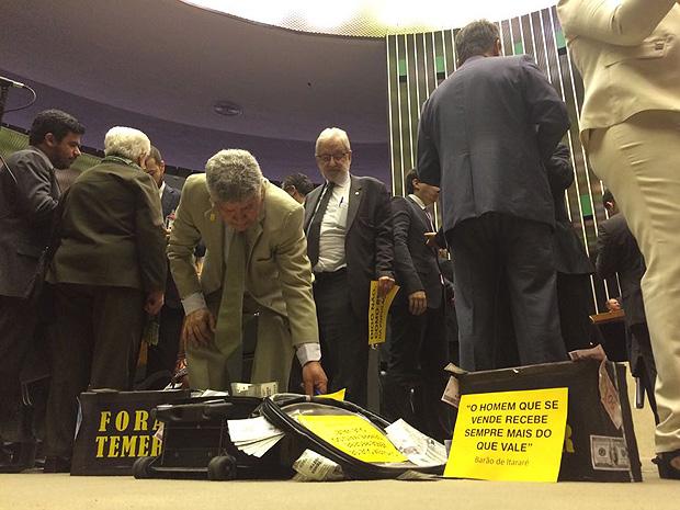 Deputado Chico Alencar (PSOL-RJ) ajeita mala de dinheiro falso levada pela oposi��o para o plen�rio da C�mara (RANIER BRAGON / Folhapress)