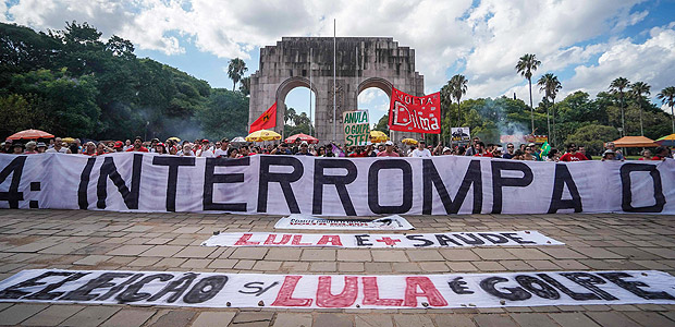 People take part in a demonstration in defense of democracy and the right of former president Luiz Inacio Lula da Silva (PT) to be a candidate in the next national elections, in Porto Alegre in southern Brazil on January 13, 2018. Luiz Inacio Lula da Silva will be tried by the Supreme Court on January 24 in connection with acts of corruption in his government. / AFP PHOTO / Jefferson Bernardes