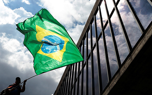 A man waves a Brazilian national flag as he protests against Brazil's former President Luiz Inacio Lula da Silva, while the Brazilian court decides on his appeal against a corruption conviction that could bar him from running in the 2018 presidential race, in Sao Paulo, Brazil January 24, 2018. REUTERS/Leonardo Benassatto NO RESALES. NO ARCHIVES ORG XMIT: SAO112