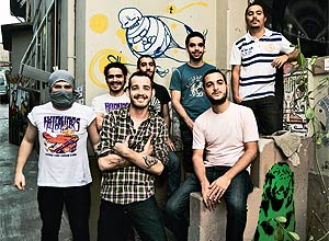 Integrantes das bandas Black Drawing Chalks e Hellbenders: hóspedes