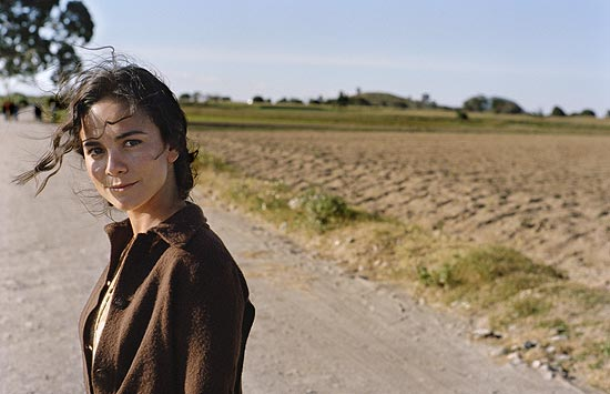 "Alice Braga em cena do filme ""Na Estrada"", adapta��o do cl�ssico da gera��o beat ""On the Road"", de Jack Kerouac"