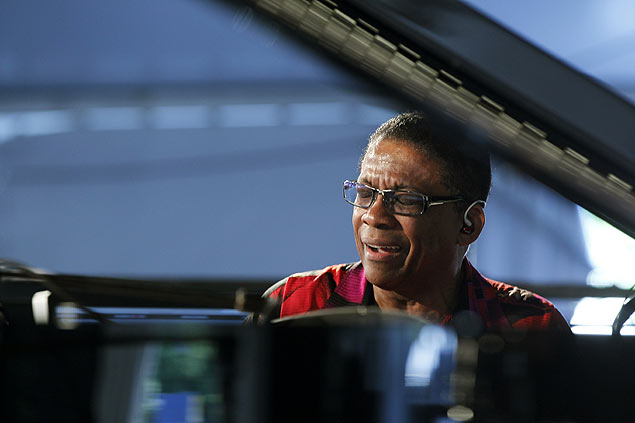 O pianista Herbie Hancock em show no New Orleans Jazz and Heritage Festival