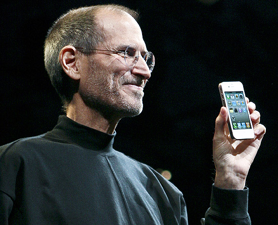 Steve Jobs mostra a vers�o branca do iPhone 4 � �poca do lan�amento