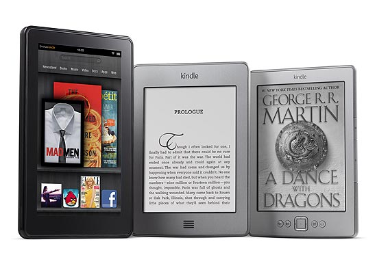 Da esquerda para a direita, os aparelhos Kindle Fire, Kindle Touch e Kindle, da Amazon