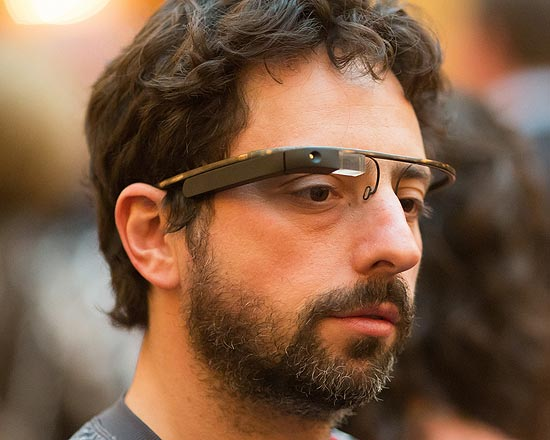 O cofundador e ex-CEO do Google Sergey Brin usa protótipo do Project Glass, em evento na Califórnia, EUA