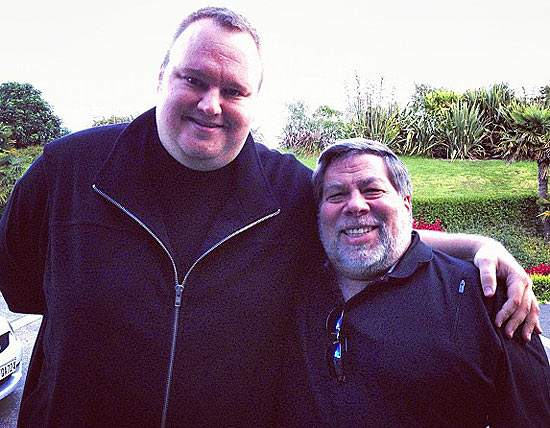 Imagem do fundador do Megaupload Kim Dotcom (esq.) ao lado do cofundador da Apple, Steve Wozniak