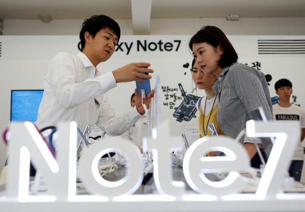 An employee helps customers purchase a Samsung Electronics' Galaxy Note 7 new smartphone at its store in Seoul, South Korea, September 2, 2016. REUTERS/Kim Hong-Ji/File Photo ORG XMIT: RPA104