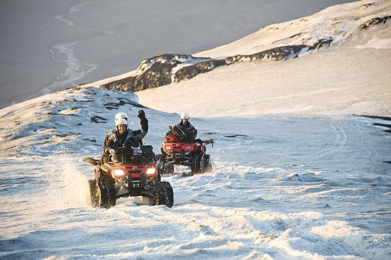 Turistas na geleira de Eyjafjallajökull, próximos à cratera do vulcão cujas cinzas impediram voos na Europa