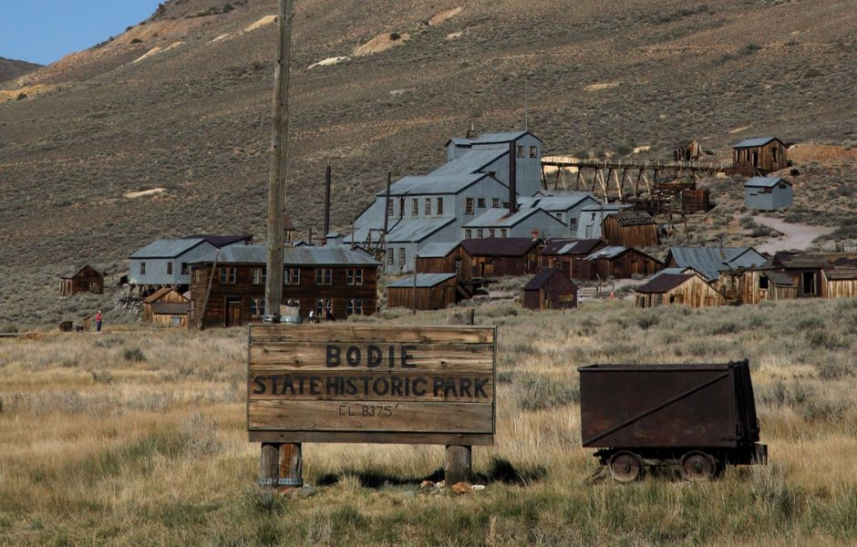 ORG XMIT: 045101_1.tif Vista de Bodie, cidade que j� foi a terceira maior da Calif�rnia, EUA; em 1962, quando foi fechada a mina de ouro local, Bodie foi abandonada; o governo estadual decidiu conserv�-la como um museu. TO GO WITH STORY by Tangi QUEMENER, USA-MUSEUM-TOURISM-HISTORY. General view of the ghost town of Bodie, California, 12 September 2007. The government of California in 2007 took control of the deserted town, founded in 1859 and once California's third largest city behind San Francisco and Sacramento. The town closed in 1962 after the local gold mine closed. The town became a local attraction for tourist, and California has decided to leave the town as it was in 1962. AFP PHOTO GABRIEL BOUYS =MORE IMAGES IN IMAGE FORUM=