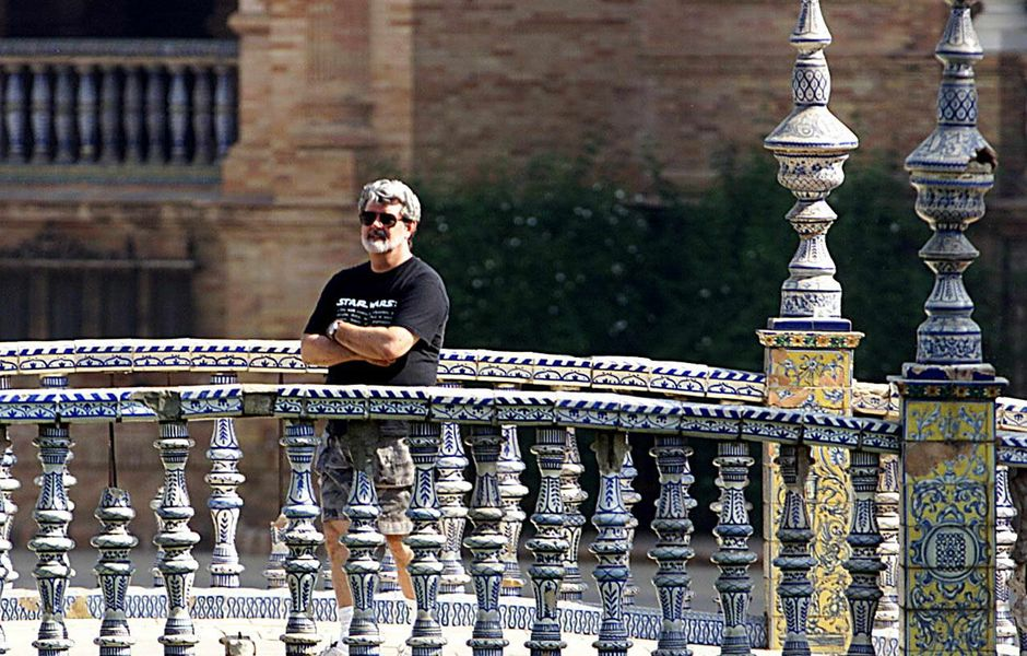 "ORG XMIT: 164001_1.tif Cinema - O diretor George Lucas em Sevilha. US film director George Lucas stands on one of the bridges of Plaza de Espana in Sevilla, Spain, 13 September 2000, before the start of shooting of his latest film ""The Phantom Menace II"" in the ""Star Wars"" series. (ELECTRONIC IMAGE) AFP PHOTO/EDUARDO ABAD"