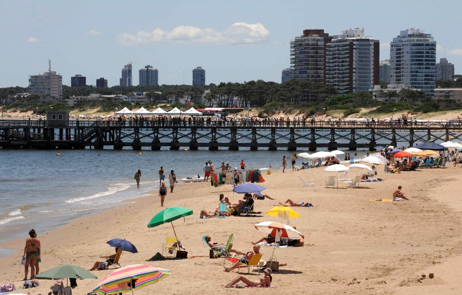 Praia de Punta del Este, que fica onde o rio da Prata se encontra com o oceano Atlântico, no Uruguai. *** View of the beach of Punta del Este, Maldonado, Uruguay on December 28, 2012. AFP PHOTO/Miguel ROJO