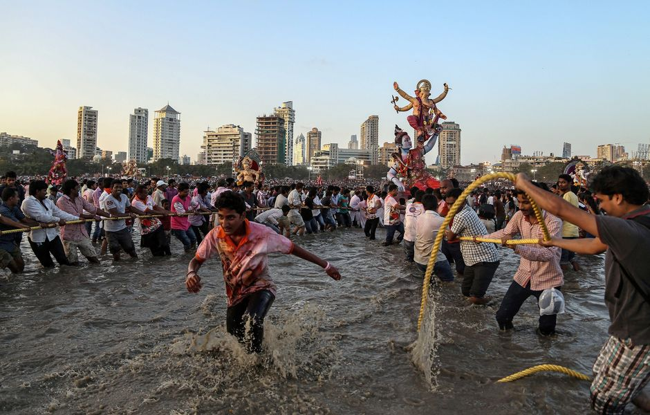 . Mumbai (India), 27/09/2015.- Indian devotees carry idols of the elephant-headed Hindu god Lord Ganesha for immersion into the Arabian Sea as part of a ritual in Mumbai, India, 27 September 2015. The Ganesh festival comes to an end on the day of Anant Chaturdashi. During the Ganpati festival, celebrated as the birthday of Lord Ganesha, devotees worhsip representations of the Hindu deity at hundreds of pandals, makeshift tents, before they are taken into the waters. EFE/EPA/DIVYAKANT SOLANKI