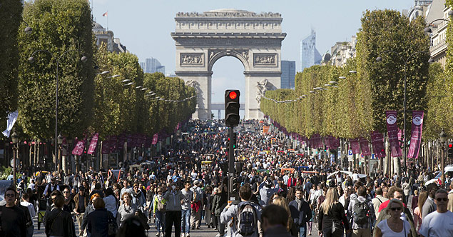 People walk on the Champs-Elysees, September 27, 2015 as central Paris goes car-free on Sunday. The French capital's central arrondissements and areas around landmarks such as the Eiffel Tower and Champs-Elysees are free from car noise and exhaust fumes, allowing people to stroll, cycle or skate between 0900 GMT and 1600 GMT. REUTERS/Philippe Wojazer ORG XMIT: PHW04