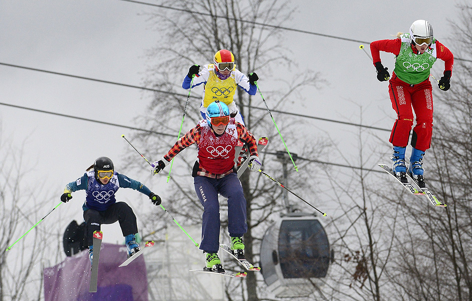 Skiers race in Heat 11 of the Women's Freestyle Skiing Ski Cross Quarterfinals at the Rosa Khutor Extreme Park during the Sochi Winter Olympics on February 21, 2014. AFP PHOTO / JAVIER SORIANO ORG XMIT: RIX1239
