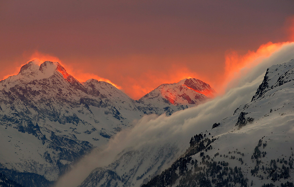 The sunset illuminates the peaks of the mountains near the Swiss mountain resort of St. Moritz January 24, 2015. REUTERS/Arnd Wiegmann (SWITZERLAND - Tags: SOCIETY ENVIRONMENT TRAVEL TPX IMAGES OF THE DAY) ORG XMIT: AW412