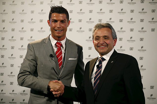Portuguese player Cristiano Ronaldo shakes hands with Dionisio Pestana, President of the Pestana Group, during a publishing event in Lisbon, Portugal December 17, 2015. The Pestana Group, the largest hotel group in Portugal, established a partnership with soccer player Cristiano Ronaldo for a joint investment of 75 million euros in four new hotels in Lisbon, Funchal, New York and Madrid. REUTERS/Rafael Marchante ORG XMIT: RFM06