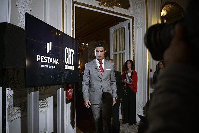 "Real Madrid's player Cristiano Ronaldo arrives for a press conference at Pestana Hotel Palace in Lisbon on December 17, 2015. Cristiano Ronaldo will invest over 37 million euros in the Pestana hotel group to create four new hotels with the ""CR7"" logo in Portugal, Madrid and New York. AFP PHOTO / PATRICIA DE MELO MOREIRA ORG XMIT: RR2026"