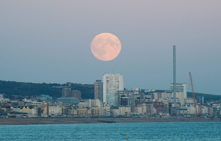 FA0026. Brighton (United Kingdom), 27/09/2015.- The super moon rises above Brighton, Britain, 27 September 2015. This September's full moon is scheduled for early 28 September shortly before 5 a.m. coinciding with a total lunar eclipse, when the moon passes through the earth's shadow. EFE/EPA/FACUNDO ARRIZABALAGA ORG XMIT: FA0026