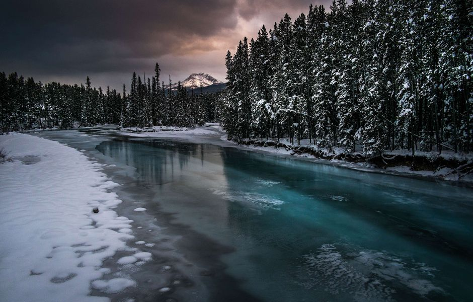 Partially frozen Bow River makes its way through the Alberta's Banff National Park in Lake Louise, the host of men's alpine skiing FIS World Cup, in Lake Louise, Canada, on November 28, 2013. Today's downhill was cancelled due to the power failure. AFP PHOTO / JOE KLAMAR ORG XMIT: JKR101