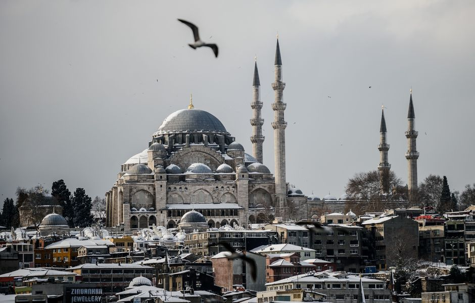 This picture taken on December 31, 2015 shows a general view of the Suleymaniye mosque during a snowfall in Istanbul. Istanbul governor's office has urged people to avoid going outside unless necessary, citing expectation of heavy snowfall until January 2, 2016. / AFP / OZAN KOSE ORG XMIT: 4514