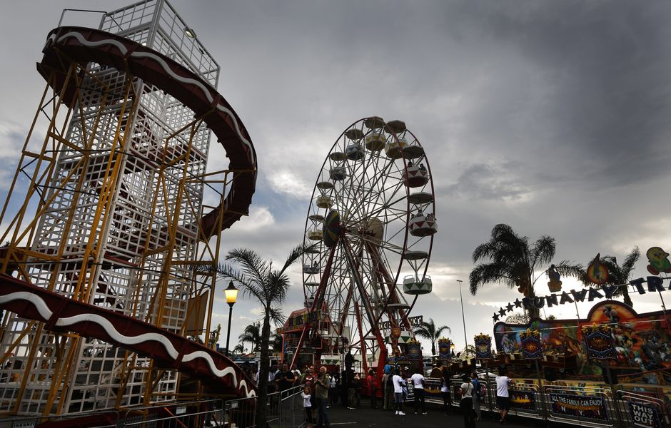 XKL01. Joahnnesburg (South Africa), 26/12/2015.- A giant ferris wheel turns during the annual festive season fairground show at the Emperor's Palace Casino in Johannesburg, South Africa 26 December 2015. The fairground atracts thousands of people over the 2 weeks that is is open. (Johannesburgo) EFE/EPA/KIM LUDBROOK ORG XMIT: XKL01