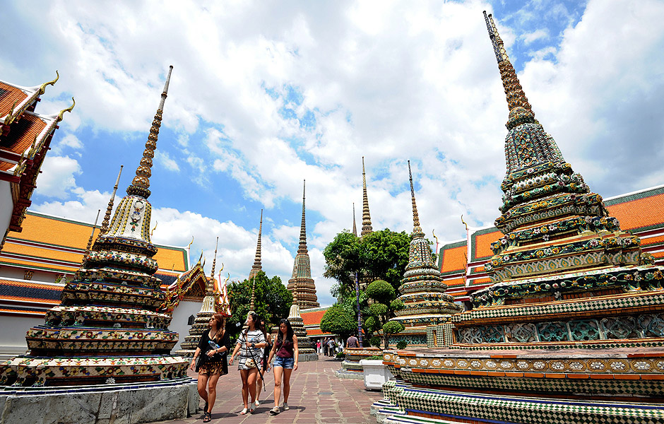 (150629) -- BANGKOK, June 29, 2015 (Xinhua) -- Tourists visit the Wat Pho Temple in Bangkok, Thailand, June 29, 2015. The number of tourists visiting Thailand reached more than 12.4 million between January and May this year, up 24.72 percent year on year, the Tourism Authority of Thailand (TAT) said on June 24. (Xinhua/Rachen Sageamsak)