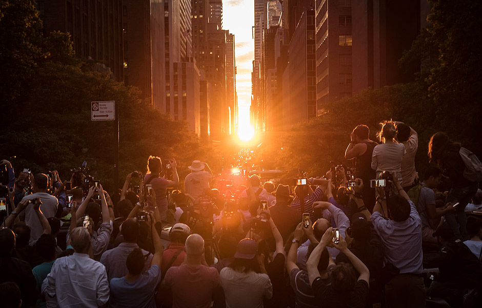 Crowds gather on the Tudor City Overpass to witness Manhattanhenge on Monday, July 12, 2016. The local solar event occurs when the setting sun perfectly aligns with the east-west Manhattan street grid. Michael Appleton/Mayoral Photography Office ***DIREITOS RESERVADOS. NÃO PUBLICAR SEM AUTORIZAÇÃO DO DETENTOR DOS DIREITOS AUTORAIS E DE IMAGEM***