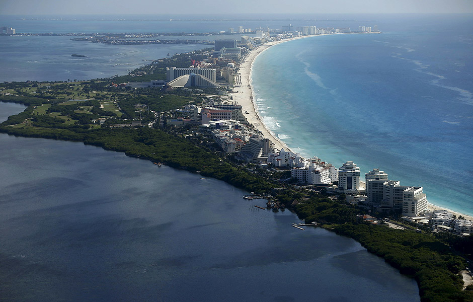 An aerial view of resort hotels in Cancun, August 13, 2015. Cancun's transformation in the 1970s from a small Caribbean fishing village into a strip of nightclubs and high-rise hotels has reduced biodiversity and polluted water resources as infrastructure struggles to keep up. REUTERS/Edgard Garrido PICTURE 2 OF 34 FOR WIDER IMAGE STORY 'EARTHPRINTS: CANCUN'SEARCH 'EARTHPRINTS CANCUN' FOR ALL IMAGES ORG XMIT: PXP02