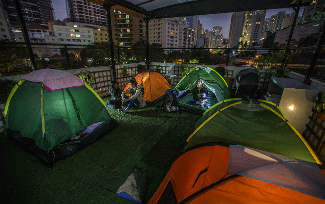 Inaugurated in 2015 on the rooftop of the Aki Hostel, located in Paraíso neighborhood, the urban campsite is the only of its kind in São Paulo