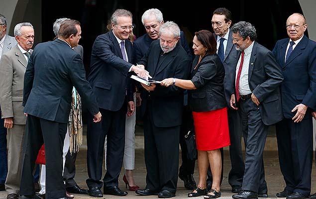 O ex-presidente Lula após reunião com senadores do PMDB e do PT na casa do presidente do Senado, Renan Calheiros, em Brasília (DF)