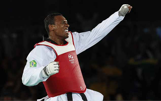 Maicon Siqueira of Brazil celebrates after defeating Mahama Cho of Great Britain during the men's +80kg bronze medal bout of the Rio 2016 Olympic Games Taekwondo events at the Carioca Arena 3 in the Olympic Park in Rio de Janeiro, Brazil, 20 August 2016.