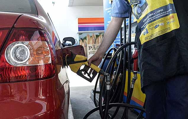 Movimentação em posto de combustível de Porto Alegre (RS), nesta sexta-feira (14). A Petrobras informou hoje que a diretoria executiva da companhia aprovou na véspera a implantação de uma nova política de preços de gasolina e diesel comercializados em suas refinarias. A companhia decidiu reduzir o preço do diesel em 2,7% e da gasolina em 3,2% na refinaria. Esses preços entrarão em vigor a partir da zero hora de sábado (15).