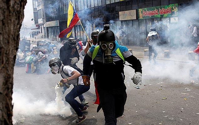 Policiais e manifestantes entram em confronto durante protesto contra o governo do presidente Nicol�s Maduro, em Caracas, Venezuela