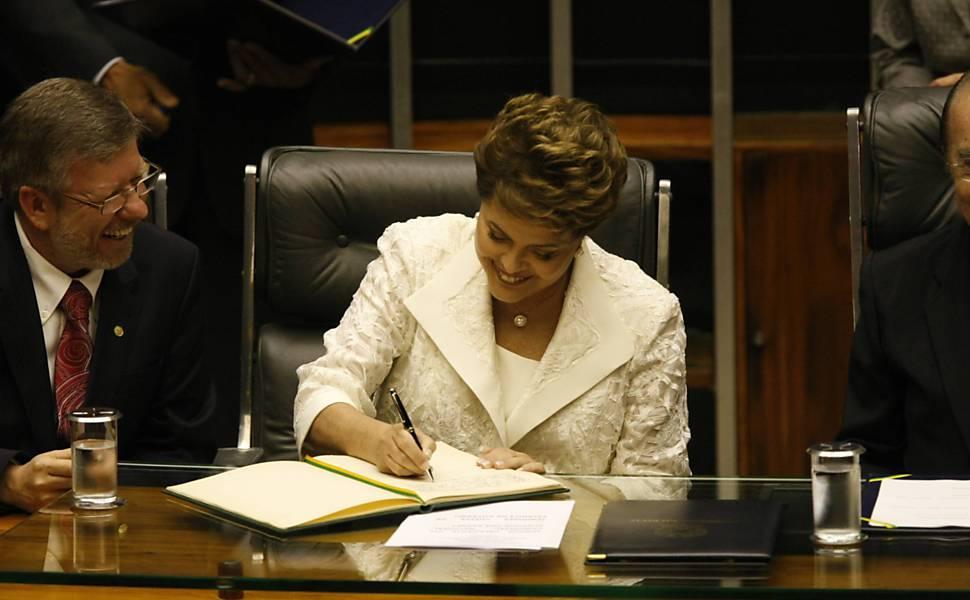 A presidente eleita do Brasil, Dilma Rousseff, toma posse como presidente no plenário do Congresso Nacional em Brasília onde assina o termo de posse