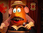 Bonec�o do personagem Cabe�a de Batata, que sa�da os visitantes para a atra��o Toy Story Mania, no Hollywood Studios