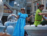 Wendy e Peter Pan durante desfile no Magic Kingdom