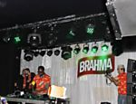 Will.I.Am, integrante do grupo 'Black Eyed Peas', discoteca no camarote da Brahma no Rio Leia mais